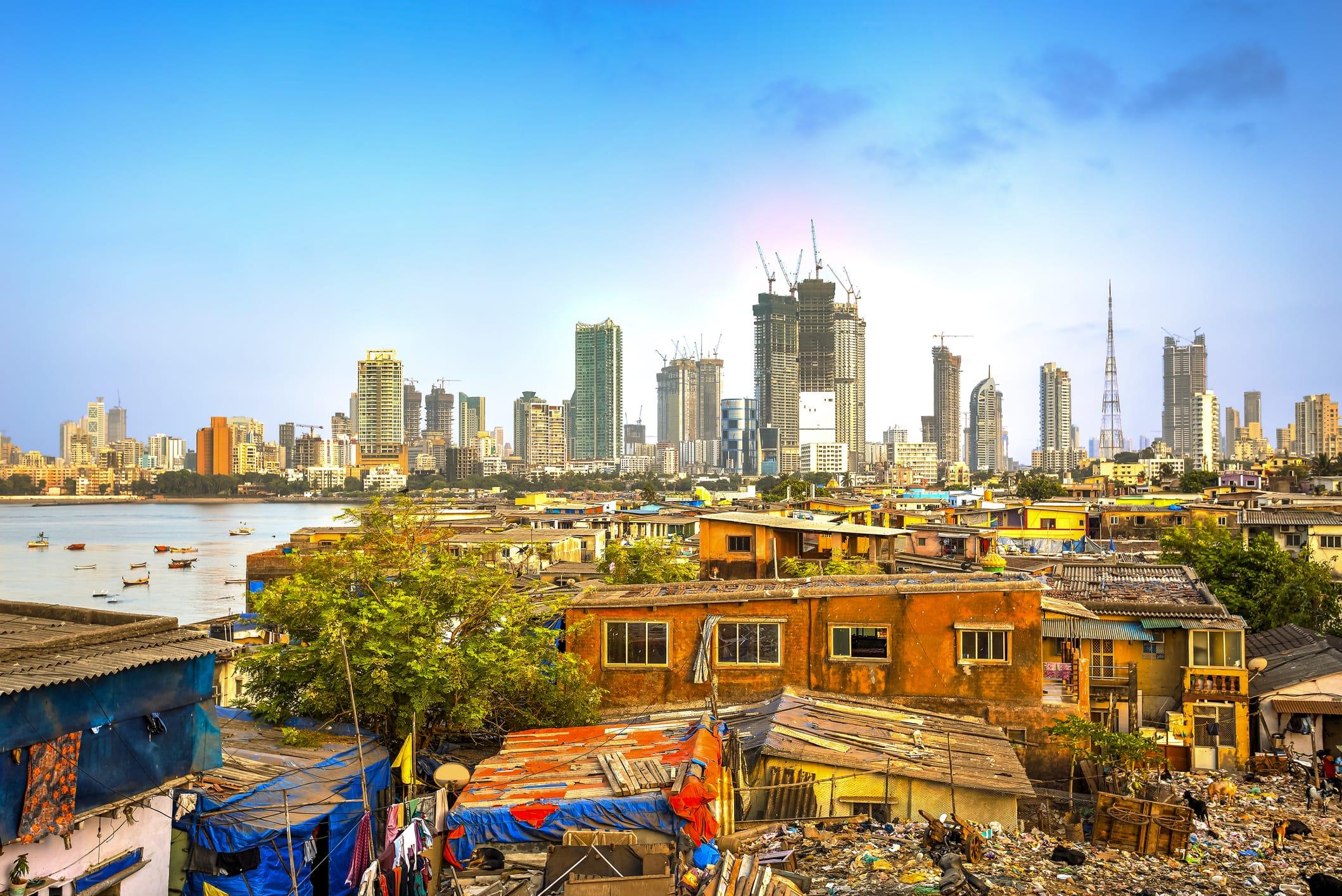 Skyline von Mumbai, Indien. Im Vordergrund ein Slum